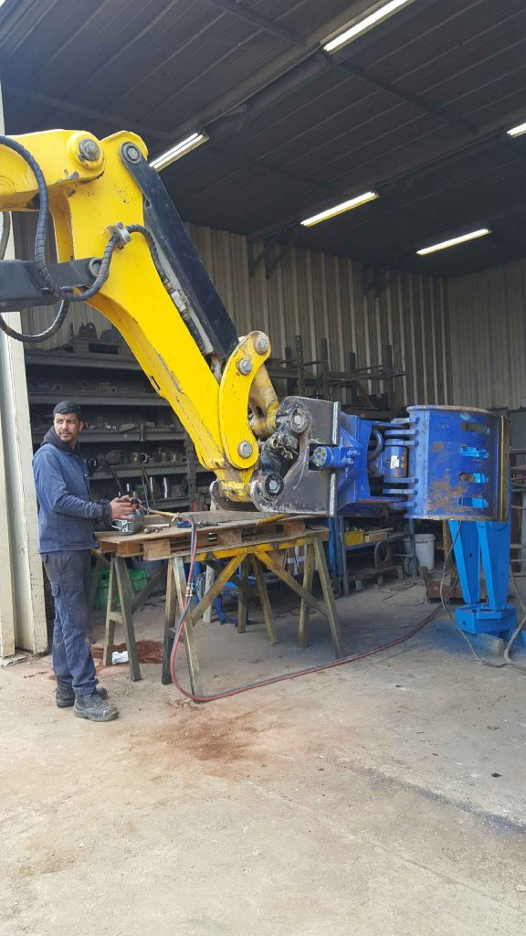 Préparation robot BROKK 330 avec pince de tri pour le chantier de Notre-Dame de Paris